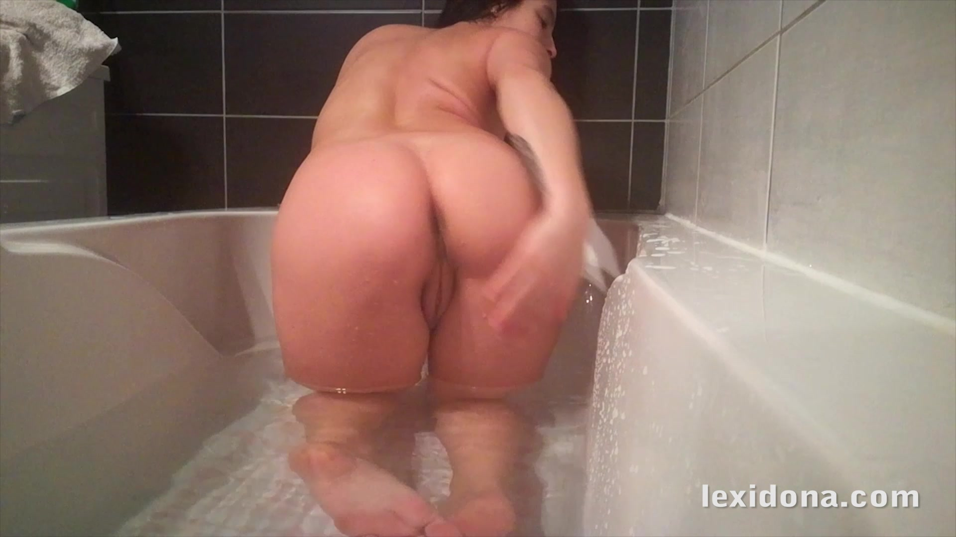 Lexi Dona shows off her pregnant belly in the bath